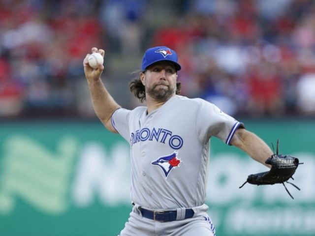 R.A. Dickey signs one-year deal with Braves