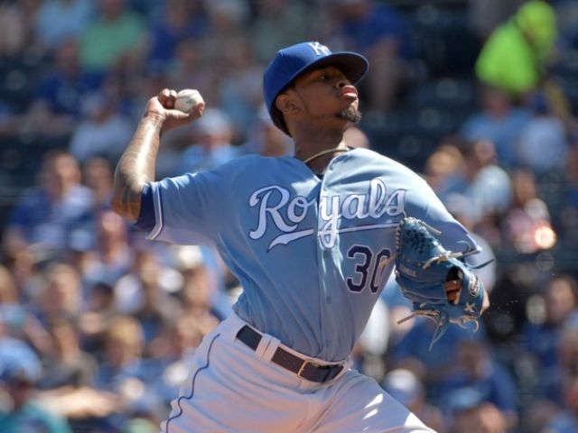 Ventura posts 1st complete-game win, Royals beat White Sox