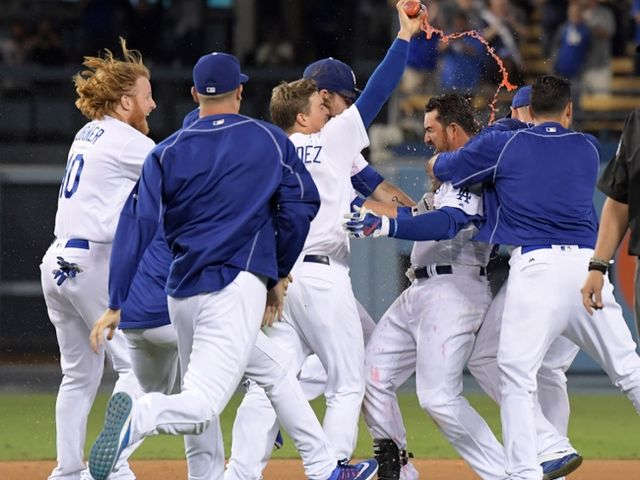 Gonzalez caps Dodgers' rally past Giants in 9th inning